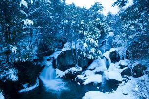 竜頭ノ滝雪景色の写真素材 [FYI02816674]