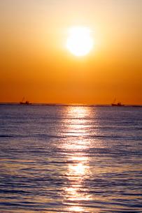 野付半島の日の出と海 ホタテ漁船の写真素材 [FYI02816676]