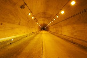 玉川温泉近くのトンネルの写真素材 [FYI02816737]