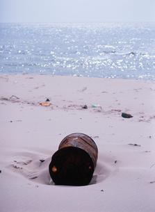 海の漂流物 ドラム缶の写真素材 [FYI02816740]