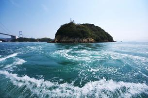 来島海峡の八幡渦と中渡島潮流信号所の写真素材 [FYI02816745]