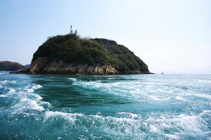 来島海峡の八幡渦と中渡島潮流信号所の写真素材 [FYI02816777]