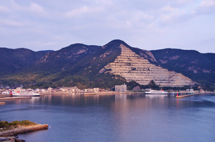 福田港の朝と採石場の写真素材 [FYI02816850]