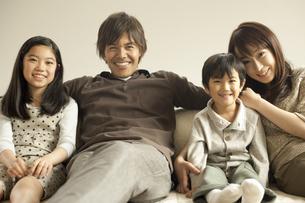 ソファに並んで座る家族の写真素材 [FYI02816869]