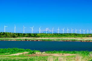 天塩川と利尻島と風力発電の写真素材 [FYI02816878]