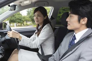 営業車で会話するビジネス男女の写真素材 [FYI02816890]