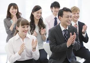 拍手をするビジネス男女6人の写真素材 [FYI02816912]