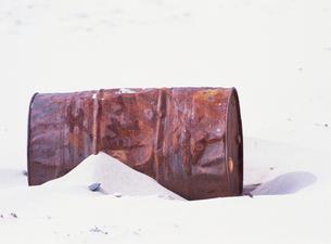 海の漂流物 ドラム缶の写真素材 [FYI02816938]