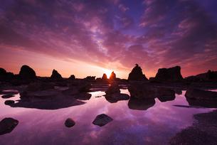 橋杭岩の朝の写真素材 [FYI02817079]
