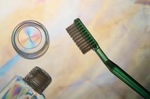 ポラグラフィー(歯ブラシ、ボトル)の写真素材 [FYI02817108]