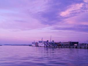 宗谷海峡と朝のフェリーの写真素材 [FYI02817127]