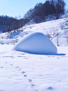 雪と足跡の写真素材 [FYI02817200]