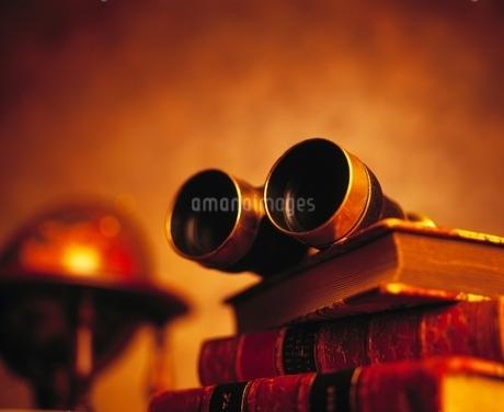 双眼鏡と本の写真素材 [FYI02817355]