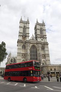 そびえたつウェストミンスター寺院とロンドンバスの写真素材 [FYI02817599]