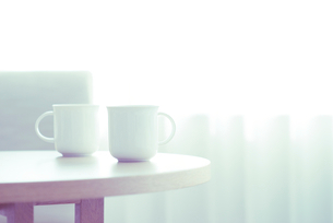 テーブル上の2つのコーヒーカップの写真素材 [FYI02817708]