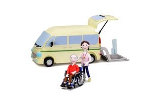 介護車両と車椅子に乗った老人と介護士の写真素材 [FYI02817711]