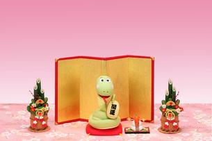 招き蛇と金屏風と門松の写真素材 [FYI02817725]