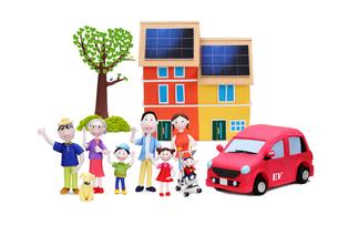 太陽光発電の2世帯住宅と電気自動車と家族7人と犬の写真素材 [FYI02817728]