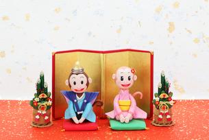 新年の挨拶をする申のカップルの写真素材 [FYI02817777]