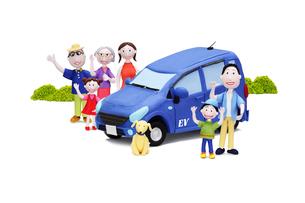 電気自動車と家族6人と犬の写真素材 [FYI02817872]