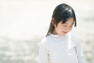 微笑む女の子の写真素材 [FYI02817876]