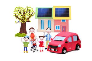 太陽光発電の家と電気自動車と家族5人とハートの木の写真素材 [FYI02817878]