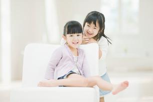 笑う二人の女の子の写真素材 [FYI02817900]