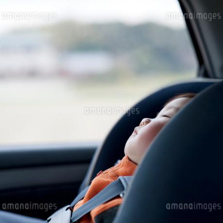 チャイルドシートで寝る男の子の写真素材 [FYI02817952]