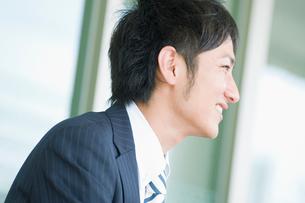 笑うビジネスマンの横顔の写真素材 [FYI02817957]