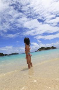 ビーチで遊ぶ少女の写真素材 [FYI02817974]