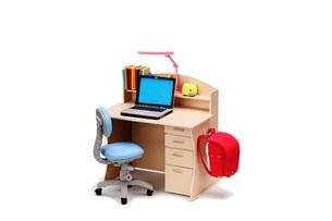 小学生の机とノートパソコンの写真素材 [FYI02818044]