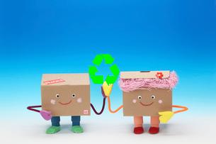 リサイクルマークと段ボールのカップルの写真素材 [FYI02818072]