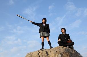 バットを持つ女子高生 グローブを持つ男子高校生の写真素材 [FYI02818124]
