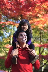 笑顔で紅葉を眺める父と娘の写真素材 [FYI02818132]