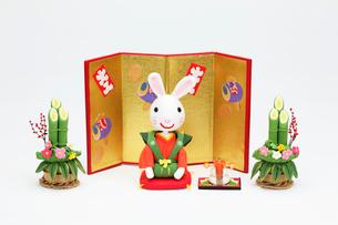 新年の挨拶をする兔と金屏風の写真素材 [FYI02818143]