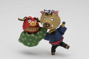 獅子舞の頭を持つ半被姿の猪の写真素材 [FYI02818189]