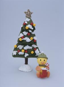 クリスマスツリーの前で靴下を持つヒヨコの写真素材 [FYI02818205]