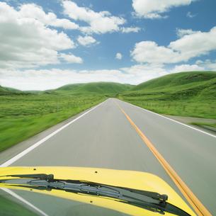 山並みの道を走る車の写真素材 [FYI02818208]