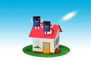 屋根に乗った太陽光発電パネルのカップルと太陽の写真素材 [FYI02818236]