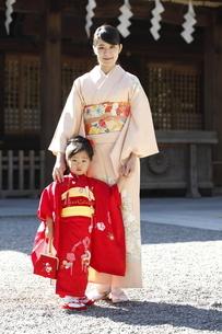 七五三の母と娘の写真素材 [FYI02818246]
