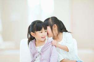 ひそひそ話をする二人の女の子の写真素材 [FYI02818276]