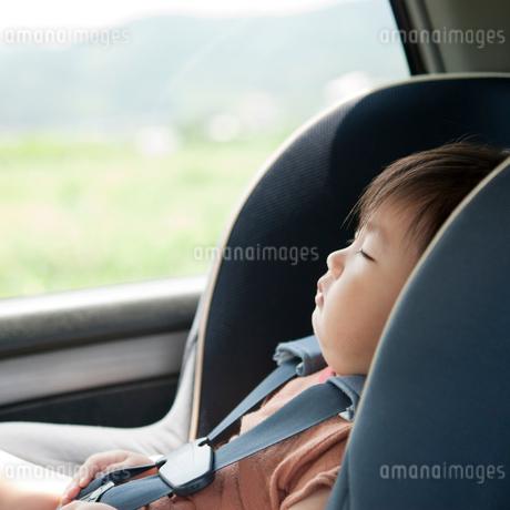 チャイルドシートで眠る男の子の写真素材 [FYI02818280]