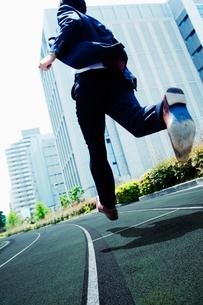 オフィス街を走るビジネスマンの写真素材 [FYI02818308]