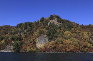 中禅寺湖の赤岩と紅葉の写真素材 [FYI02818332]