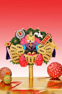 新年の挨拶をする戌と熊手の写真素材 [FYI02818365]