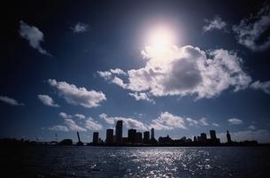 雲 空 ビル群の写真素材 [FYI02818366]