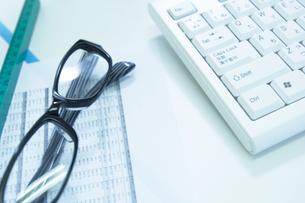 メガネと資料とキーボードの写真素材 [FYI02818368]