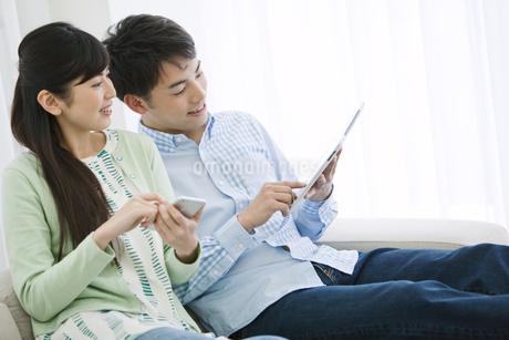 タブレットPCを見るカップルの写真素材 [FYI02818373]