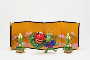 獅子舞をする辰と金屏風の写真素材 [FYI02818385]