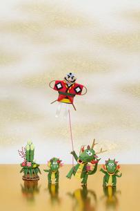 凧揚げをする辰の親子の写真素材 [FYI02818386]